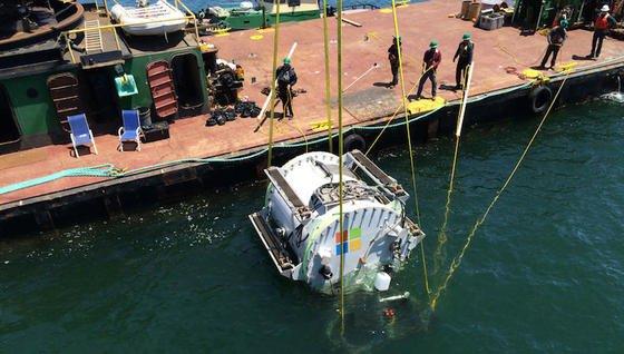 Nach der Halo-Figur Leona Philpot benannten die Forscher die Stahlkapsel mit den Rechnern im Innern, die sie im August 2015 vor der Küste Kaliforniens testweise neun Meter tief im Ozean versenkten. Der rohrartige Container hat einen Durchmesser von rund 2,5 m.