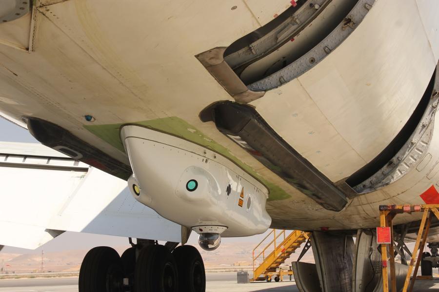 An der Passagiermaschine muss eine Installationsvorkehrung montiert werden, auf die dann die Lasertechnologie installiert wird. Da der Rumpf des Dreamliners komplett aus einem Verbundwerkstoff und nicht aus Metall besteht, müssen sich die Ingenieure für die Anbringung des Raketenabwehr-Systems etwas Neues einfallen lassen.