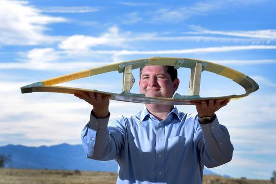 Der IngenieurTodd Griffithmit dem Querschnitt eines Rotorblattes: Künftig wollen die Amerikaner Windenergieanlagen mit einer Leistung von 50 MW bauen. Dazu sollen die Rotoren bis zu 200 m lang sein.
