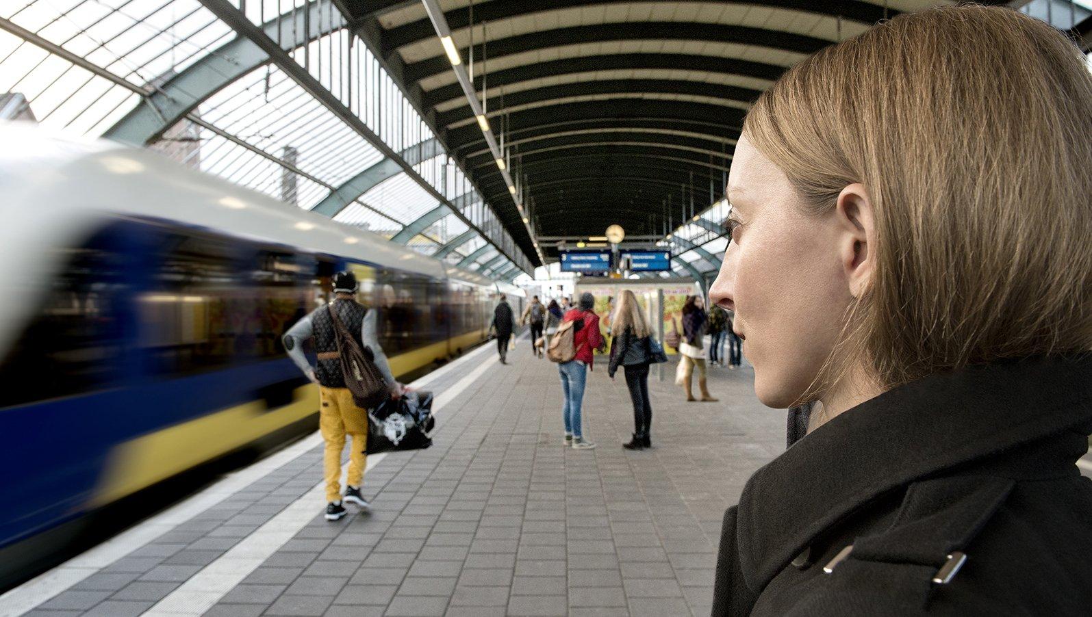 An Bahnhöfen sind Lautsprecherdurchsagen oft schwer zu verstehen – zum Beispiel durch einfahrende Züge. Eine neue Software soll helfen.