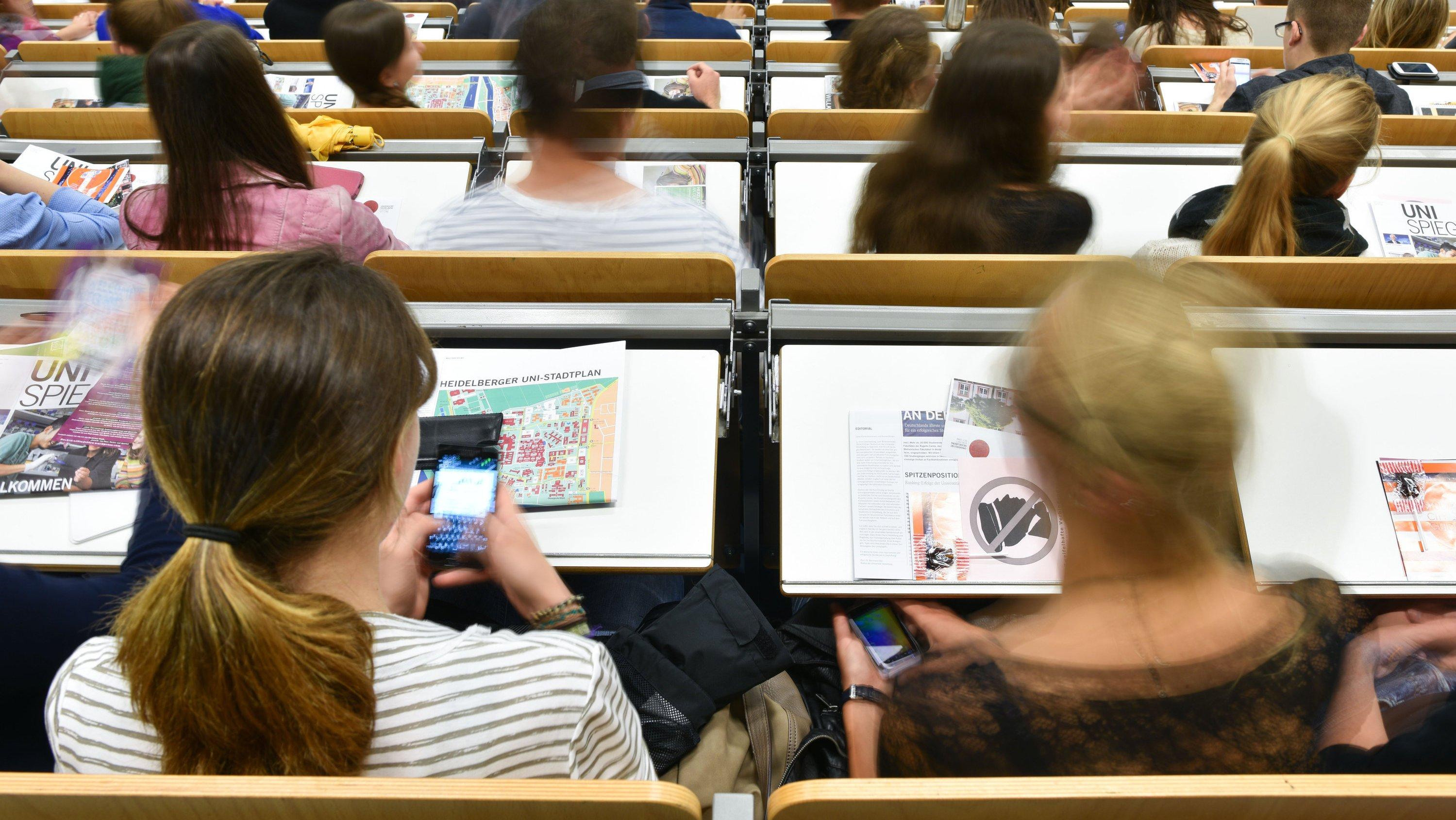 Studentinnen im Hörsaal: 121.675 Frauen studieren derzeit Ingenieurwissenschaften. Der beliebteste Studiengang ist der Maschinenbau mit 39.980 Studentinnen.