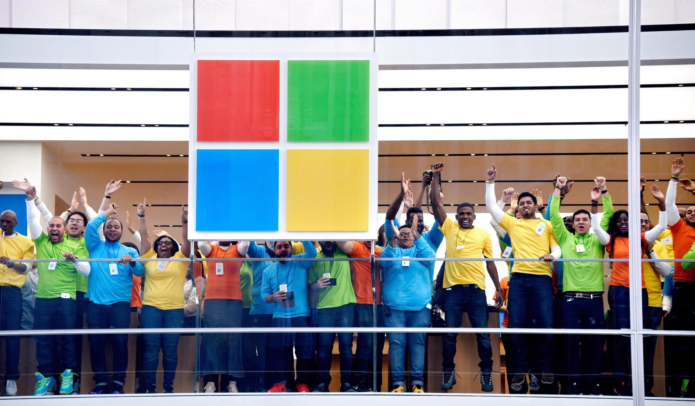 Microsoft-Mitarbeiter im Flagship Store an der Fifth Avenue in New York: Microsoft erhöht derzeit den Druck für einen Upgrade auf Windows 10.