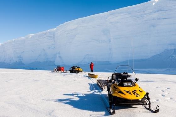 Die neuen Messgeräte lagen in Kajaks, die von Schneebobs wochenlang über das Schelfeis gezogen wurden. Sie können durch die dicken Eisschichten hindurch die filigranen Eispartikel im Wasser erfassen.