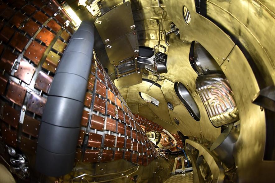 Das Plasmagefäß des Fusionsreaktors Wendelstein 7-X: Das Plasma erreicht eine Temperatur von über 100 Millionen Grad Celsius. Das Gas kann nur durch Magnetfelder fixiert werden.