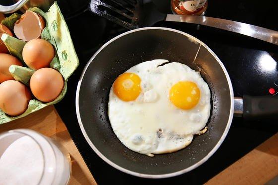 Da freut sich das Ei in der Pfanne: Der Wunderkunststoff Teflon feiert 75. Geburtstag. Der Siegeszug der berühmten Pfannen begann in den 1950er-Jahren.