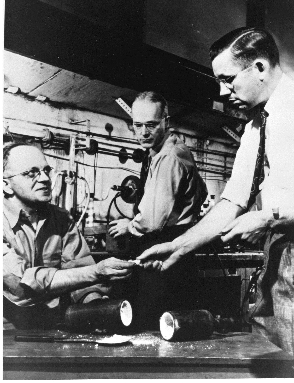 US-Chemiker Roy Plunkett (links) mit seinem Team bei derEntwicklung des Materials. Er erhielt das Patent am 4. Februar 1941.