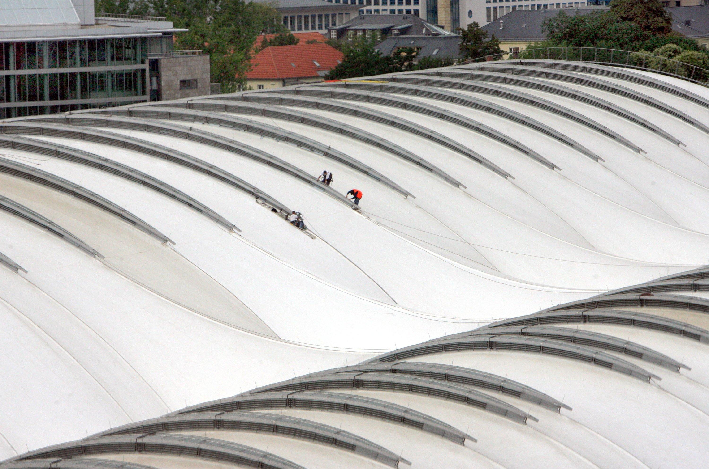 Teflon kommt nicht nur als Pfannenbeschichtung zum Einsatz: Monteure arbeiten am 10. August 2006 in Dresden auf dem neuen Teflondach über dem 1898 errichteten Hauptbahnhof.