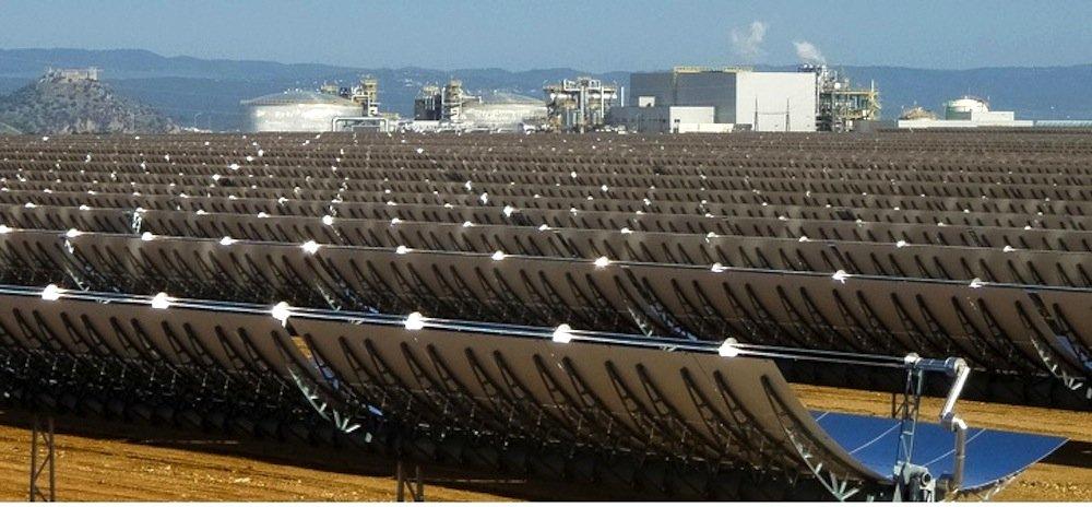 Solarkraftwerk Noor 1 in Quarzazate im Süden Marokkos: Die537.000 Parabolspiegel wurden in Deutschland hergestellt, die Turbine zur Stromerzeugung lieferte Siemens.