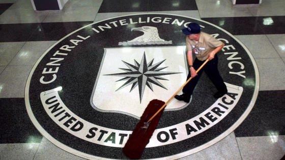 Akten des amerikanischen Auslandsgeheimdienstes CIA die älter als 25 Jahre sind, können eingeschaut werden. Aber: Sie sind in einer Datenbank archiviert. Wer sich Einblicke verschaffen will,muss sich persönlich zum Nationalarchiv in College Park, Maryland begeben. Nur dort kann die Crest genannte Datenbank aufgerufen werden.