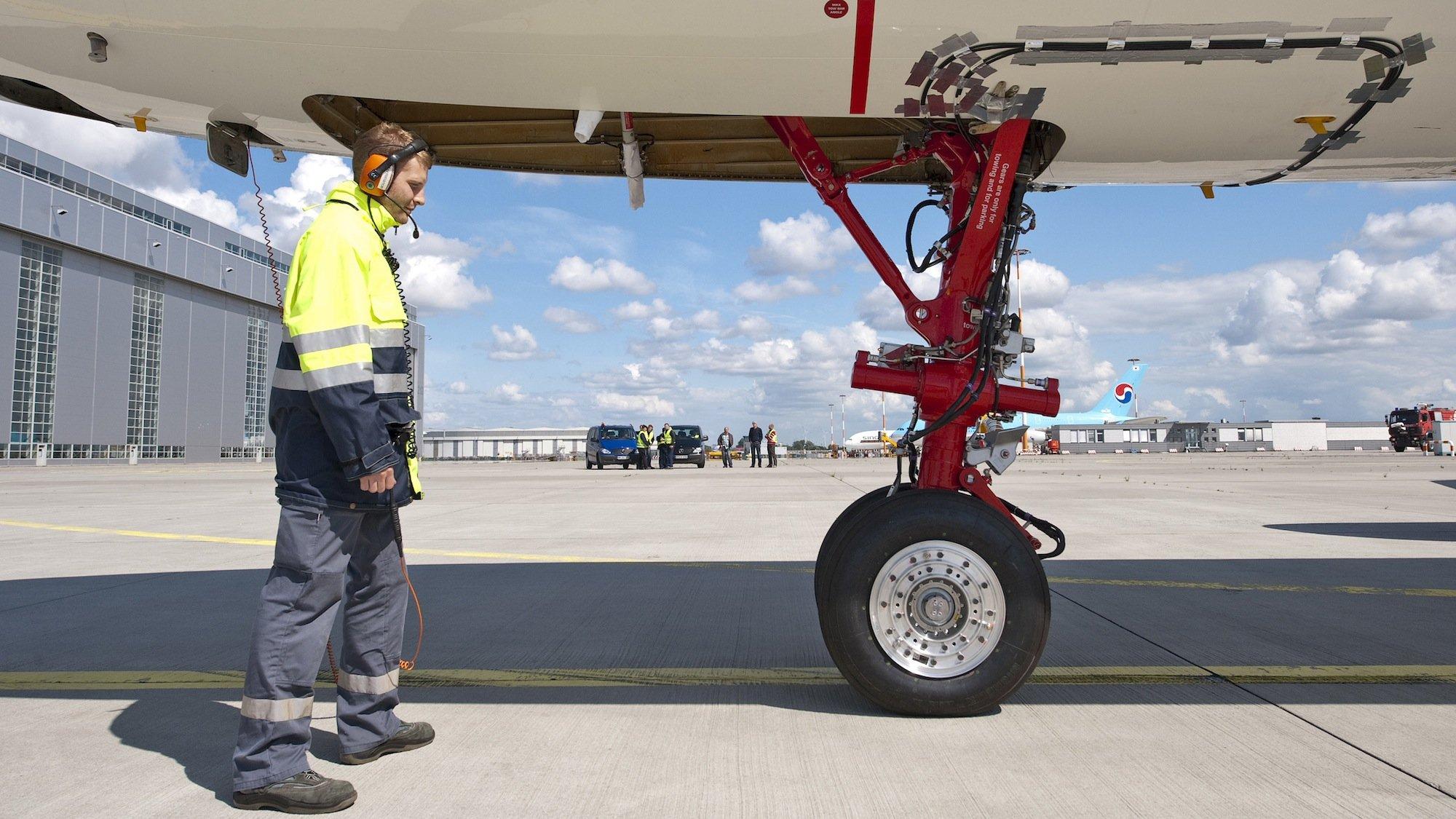 Flugzeuge sollen künftig nicht mehr mit der Kraft der Turbinen, sondern durch elektrisch angetriebene Bugräder zum Terminal rollen. Den Strom dafür könnten Brennstoffzellen liefern. An der entsprechenden Technik arbeitet die TU Hamburg-Harburg.