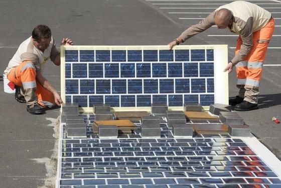 In Frankreich sollen 1000 km Straße mit Wattway-Solarmodulen ausgestattet werden. Sie können einfach auf die Fahrbahn aufgeklebt werden und haben keine Glasoberfläche.