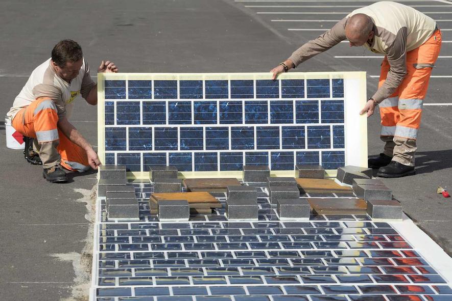 Arbeiter verlegen den Solarweg