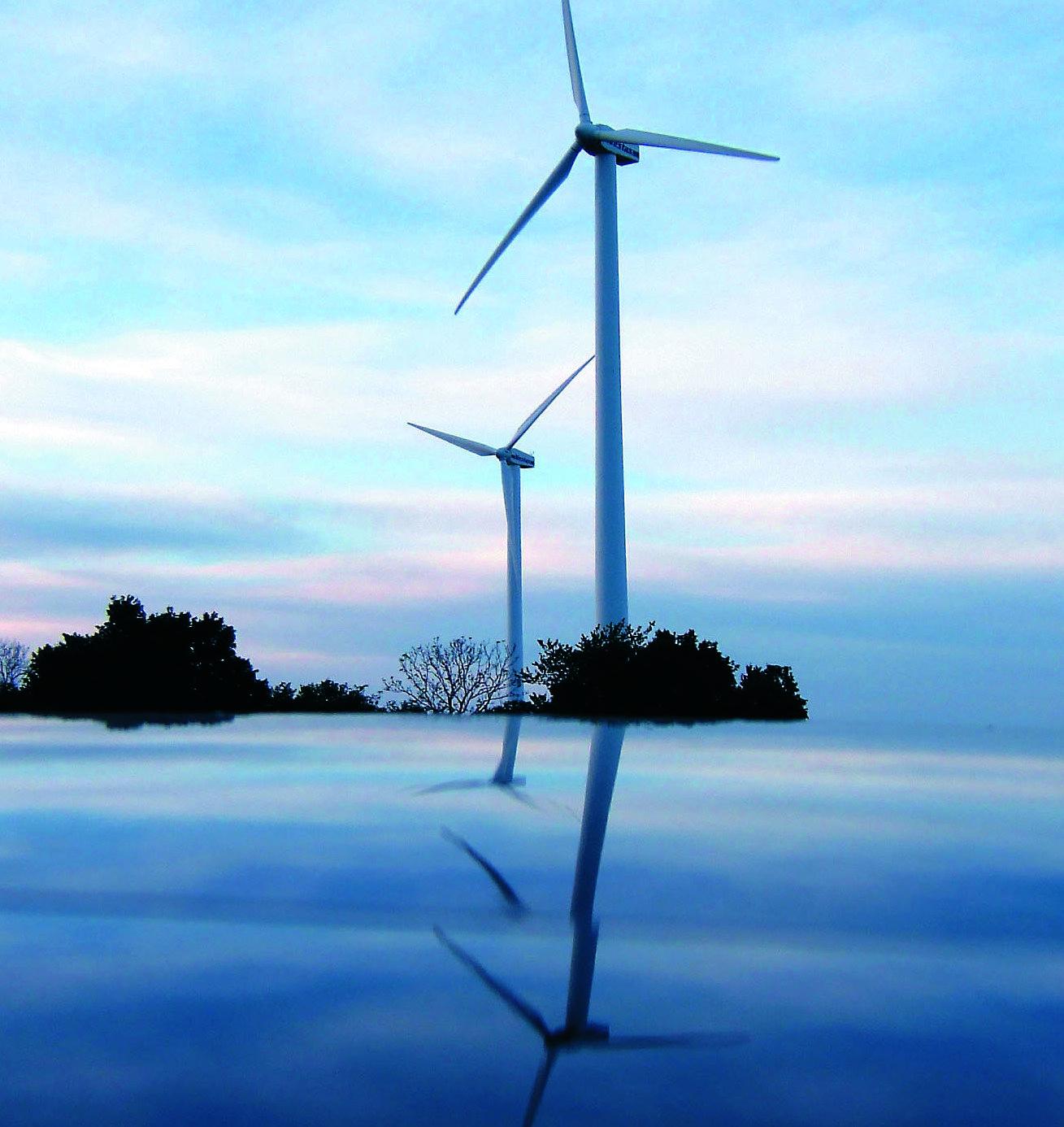 Da Windräder immer größer werden, steigt auch die Materialbelastung. Die elastischere Materialien sollen sich die Rotorblätter ein wenig in den Wind drehen können. Zudem arbeiten Ingenieure mit Klappen und beweglichen Kanten.