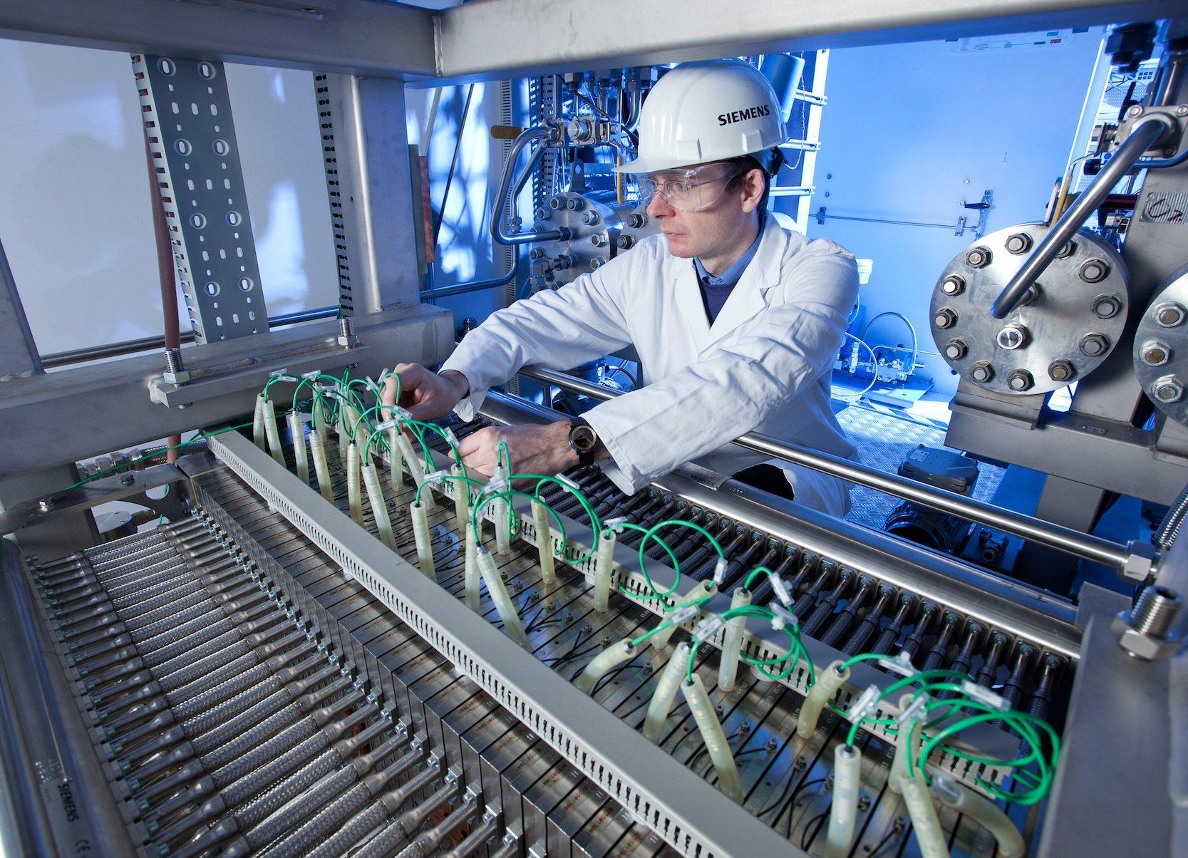 Wasserstoffherstellung mit Hilfe eines Elektrolysesystems von Siemens: Die Sparte, die Geld verdient, muss Stellen abbauen, weil sie unter den Renditevorgaben des Konzerns liegt.