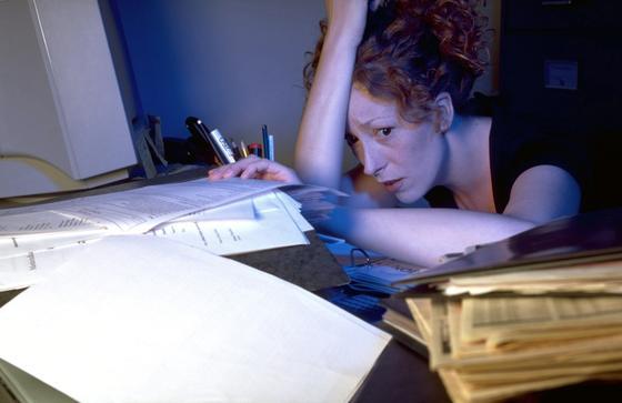 Überblick verloren: Aktenordner und Papiere stapeln sich auf dem Schreibtisch. Das drückt nicht nur die Laune, sondern die Suche nach Unterlagen kostet auch viel Zeit.
