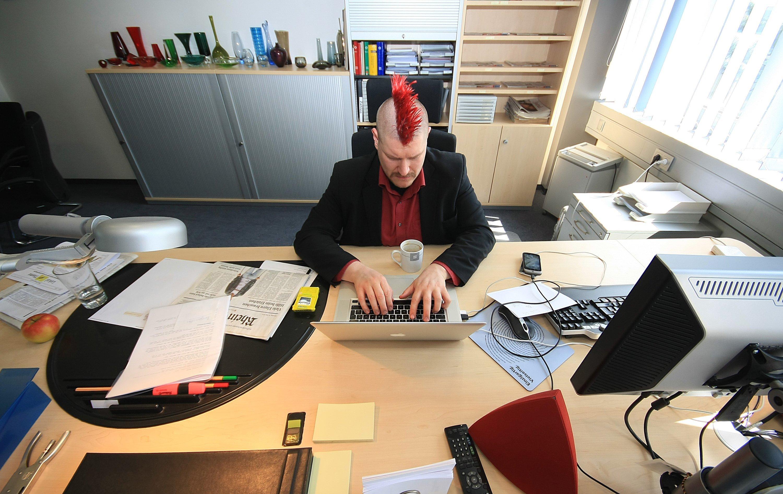 Sascha Lobo, einer der bekanntesten Blogger Deutschlands, arbeitet mit seinem Laptop an einem gut sortierten Arbeitsplatz. Es ist allerdings nicht der eigene...