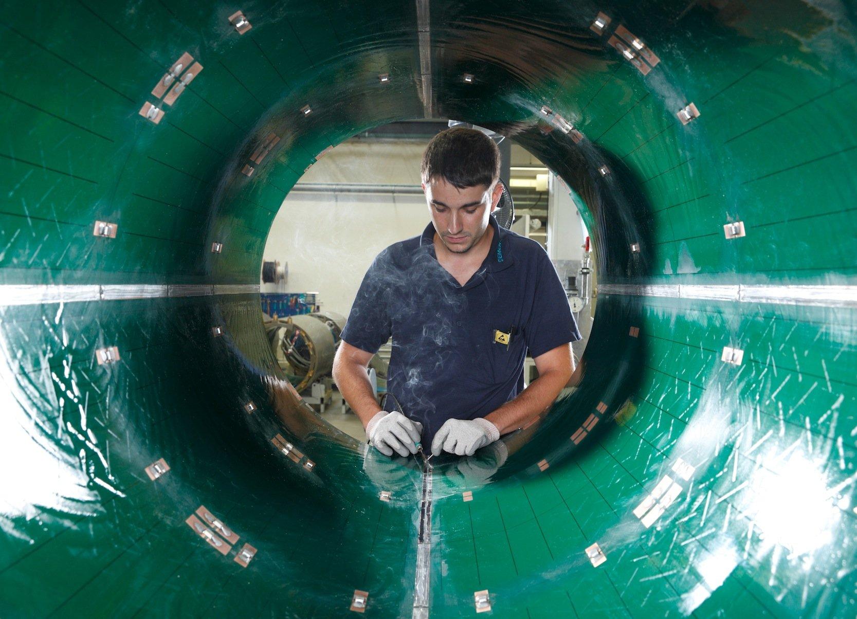 Fertigung eines Magnetresonanztomographen im Siemens-Werk Erlangen: Bislang galt die Untersuchung im MRT auf Krebs als besonders schonend, weil keine radioaktive Strahlung genutzt wird.