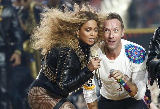 Halbzeit beim Super Bowl 50: Beyonce (li.) und Chris Martin von der Band Coldplay performten am 7. Februar im Levi's Stadium in Santa Clara. Aber auch die eigens für die Veranstaltung produzierten Werbespots sind durchaus sehenswert.
