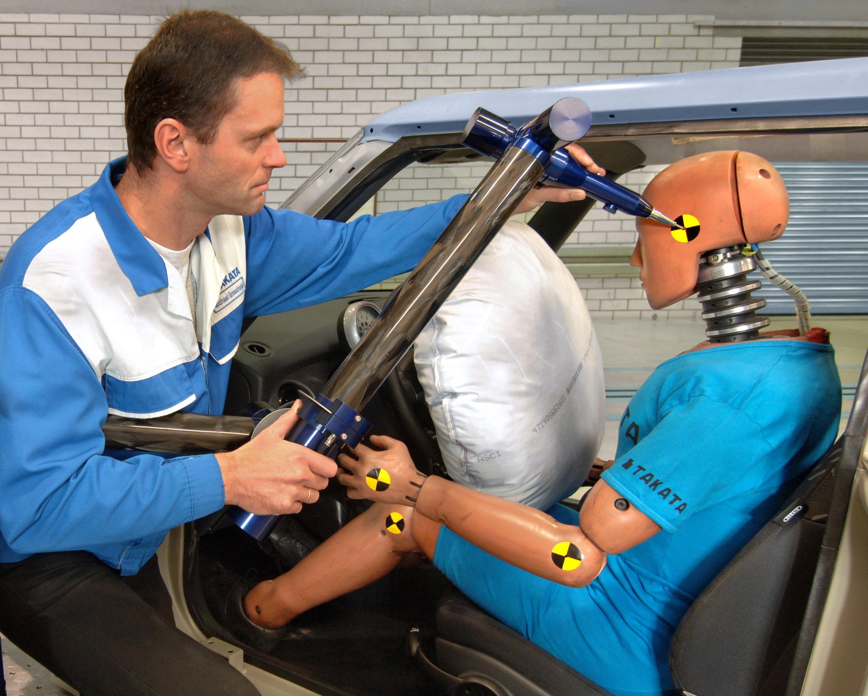 Vorbereitung eines Crashtest im Takata-Werk in Sachsen: Das Unternehmen produziert auch in Deutschland Airbags. Jetzt muss Daimler 840.000 Autos in den USA in die Werkstatt rufen, weil die Airbags explodieren können.