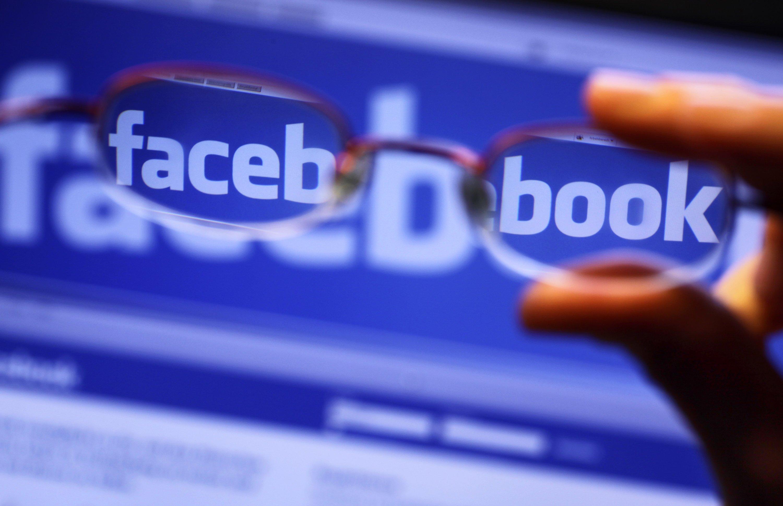 Bei der Nutzung von Facebook sollte man den Stromverbrauch des Handy-Akkus gut im Auge behalten.