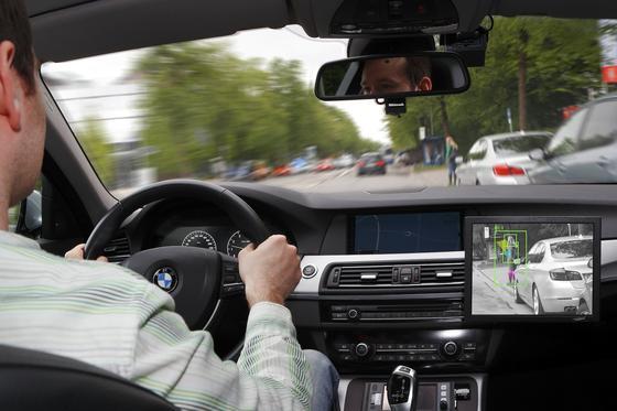 Assistenzsystem im BMW, das Fußgänger schon früh erkennt und notfalls eine Vollbremsung einleitet: Wenn später bei autonom fahrenden Autos Teilsysteme ausfallen, muss der Autopilot aber in der Lage sein, das Auto noch ein paar Sekunden zu steuern, bis der Fahrer wieder voll eingreifen kann.
