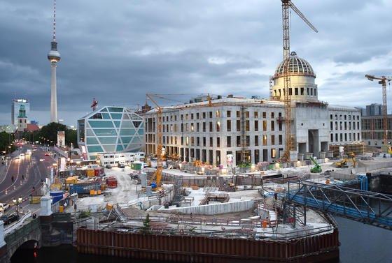 Baustelle des Berliner Stadtschlosses in Berlin im Sommer 2015: Die Baufachmesse Bautec beschäftigt sich in diesem Jahr nicht mit Großprojekten, sondern vor dem Hintergrund der Flüchtlingskrise unter anderem mit dem Bau günstigen, aber nachhaltigen Wohnraums.