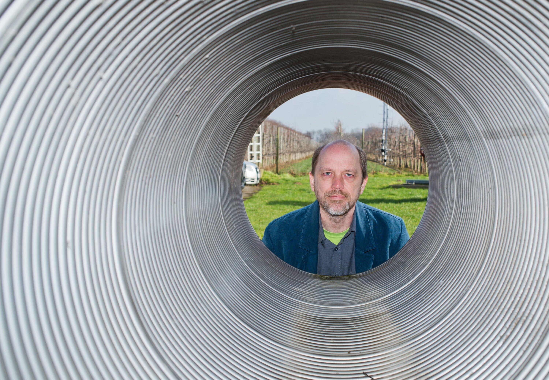 Forschungsgruppenleiter Hartmut Grote schaut am 11. Februar 2016 durch eine Röhre, wie sie am Gravitationswellendetektor GEO600 in Ruthe in der Region Hannover zum Einsatz kommt.