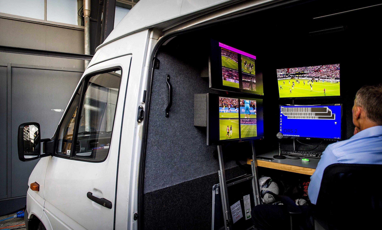 Auch in den Niederlanden laufen Tests mit dem Videobeweis. Der Schiedsrichter-Assistent beobachtet dabei kritische Spielszenen in Zeitlupe.