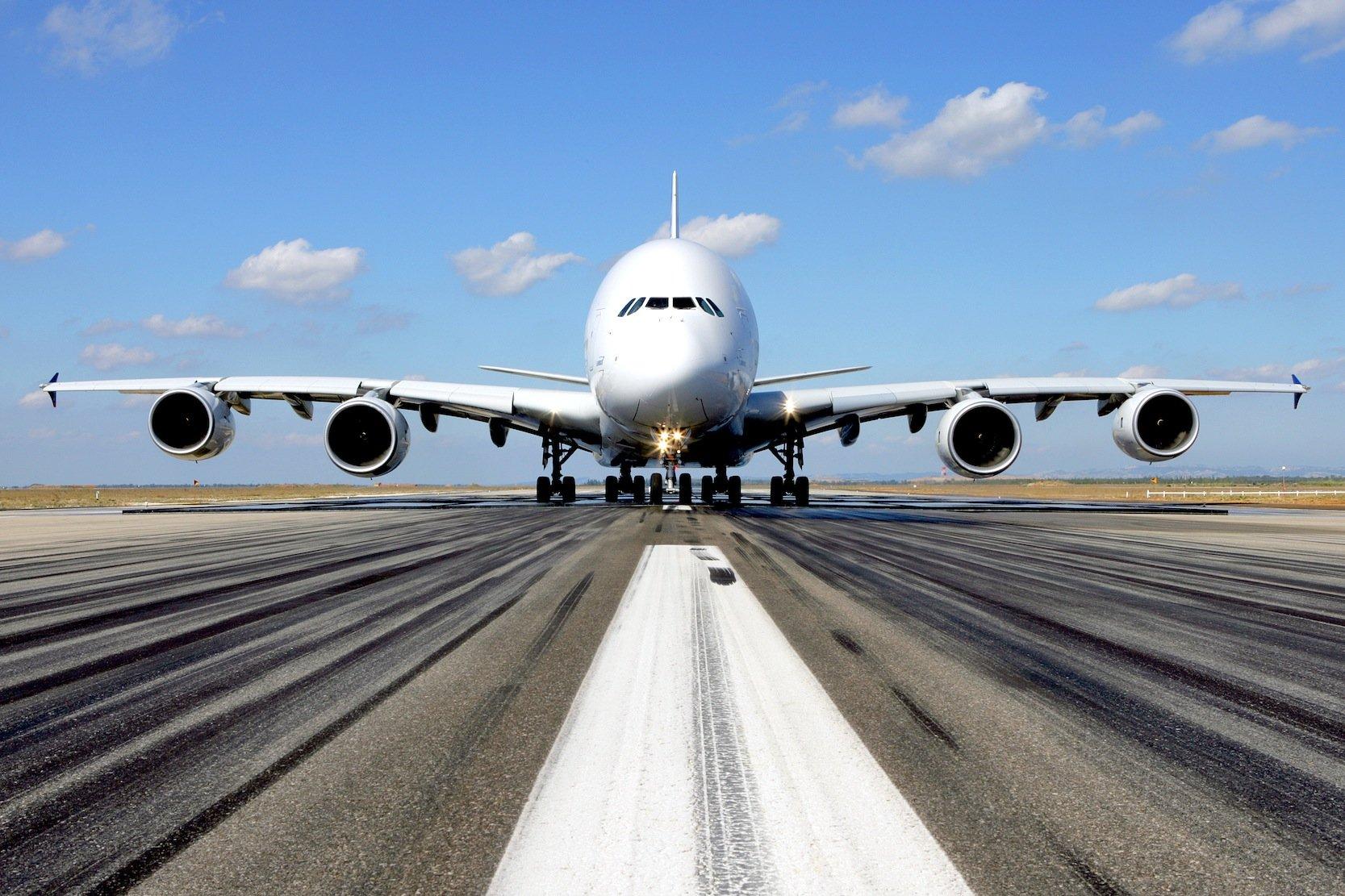 A380 von Airbus auf einer Rollbahn: Durch den zunehmenden Gegenwind auf der Nordatlantikroute steigt auch der Kerosinverbrauch.