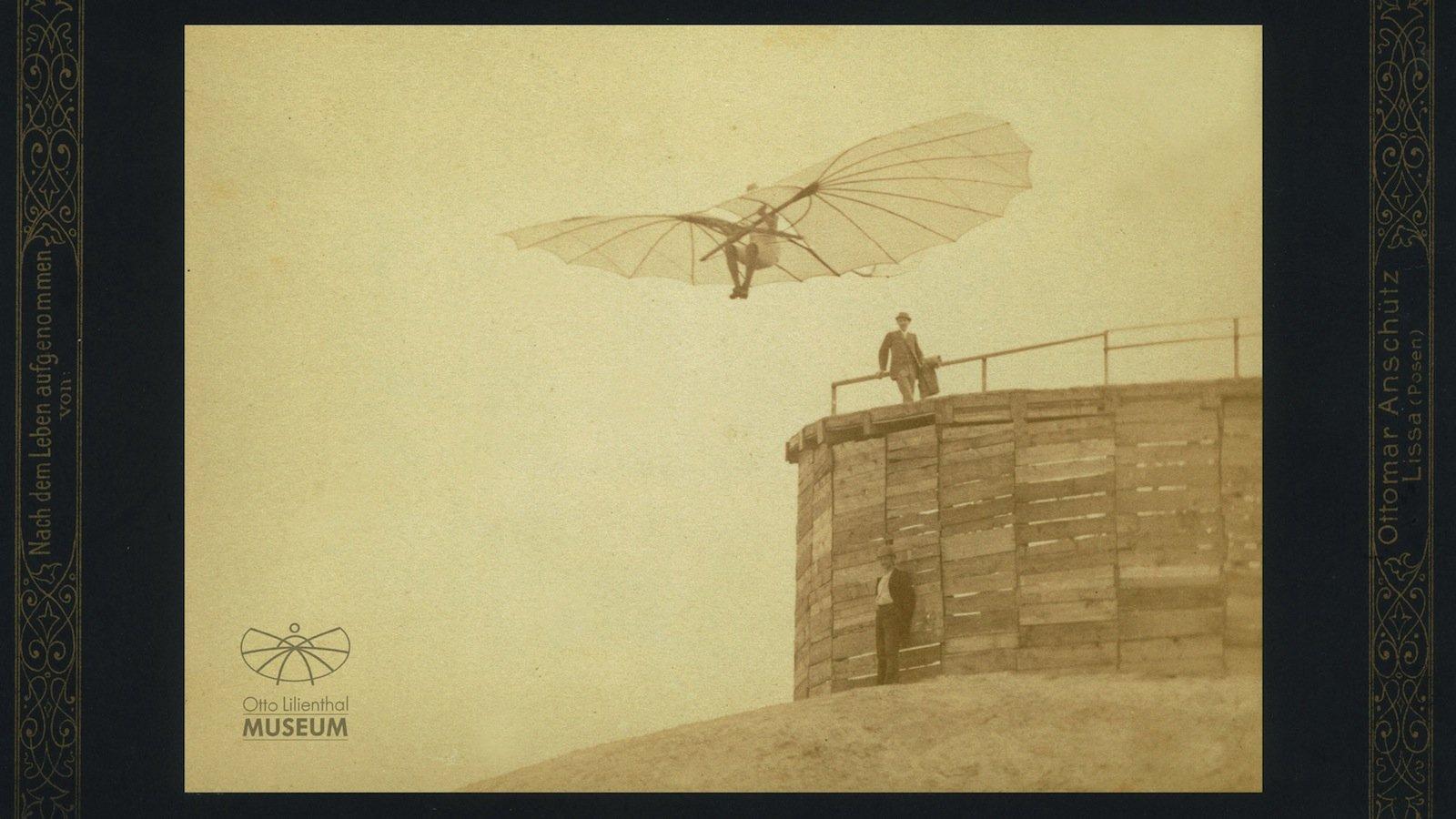 1893 hatte Lilienthal auf der Maihöhe in Steglitz eine Fliegestation errichtet, die als Absprungstation und Gleiterschuppen diente. Die Aufnahme machte Ottomar Anschütte.