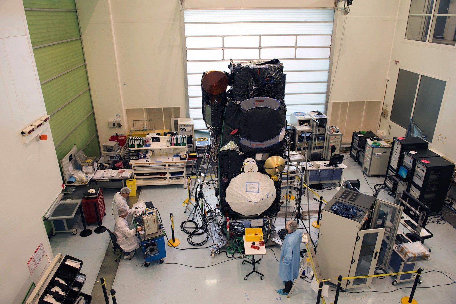 Sentinel-3 A bei der Montage in Cannes.
