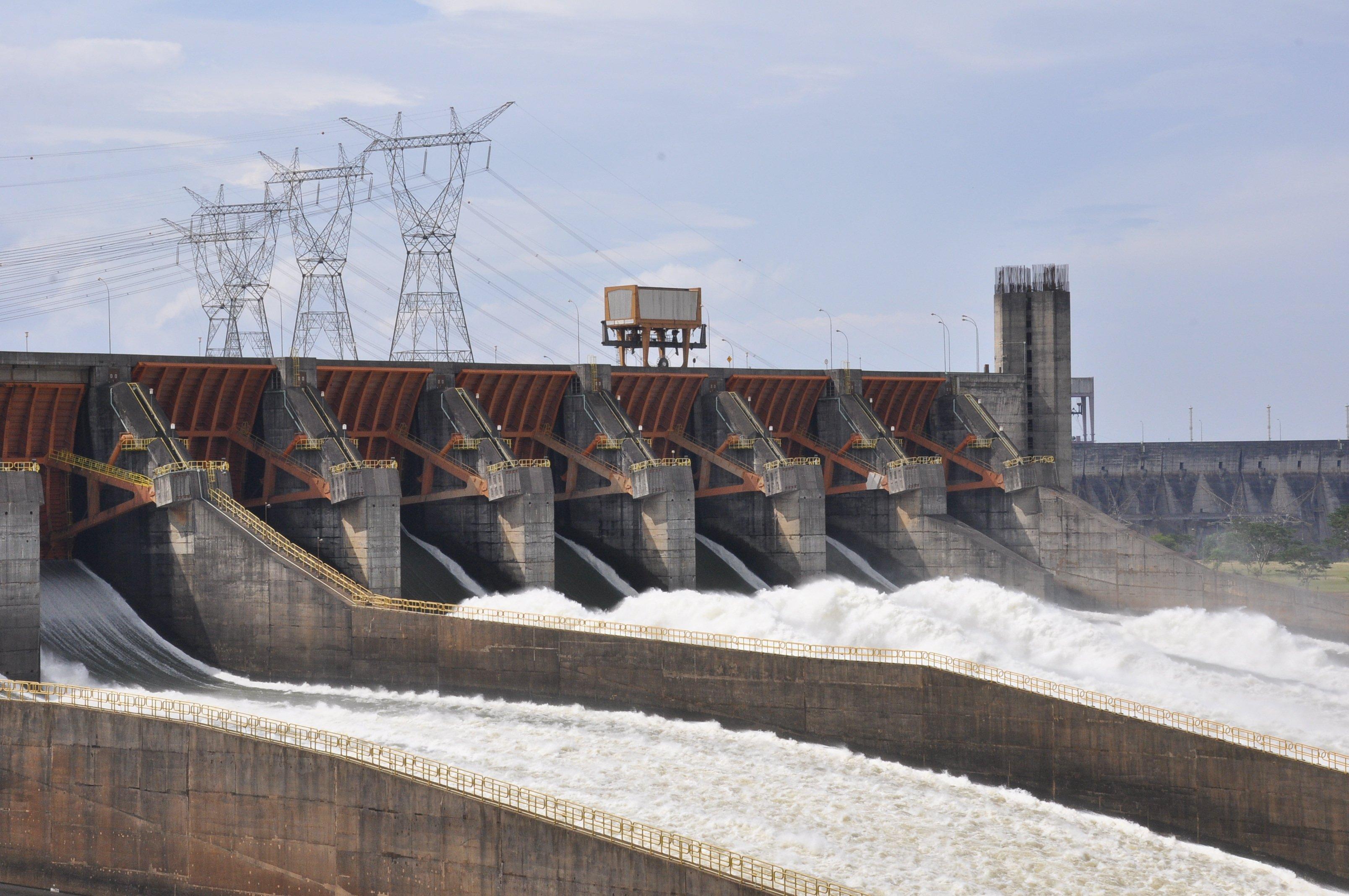 Itaipú: Das größte Wasserkraftwerk in Brasilien ist gleichzeitig das zweitgrößte der Welt.