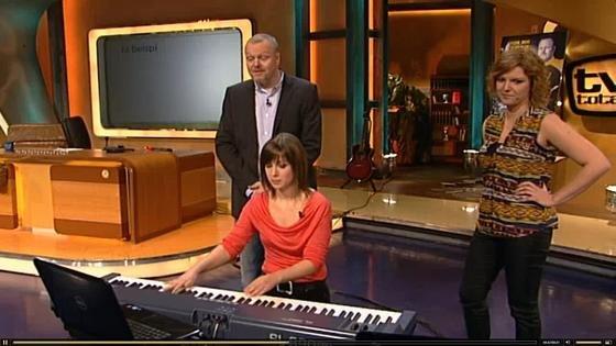 Doktorandin Anna Feit (r.) hat auch schon in der Talkshow TV Total von Stefan Raab die Möglichkeit vorgestellt, Texte über eine Klaviertastatur einzugeben. Jetzt hat sie untersucht, ob man schneller mit selbst erlernter Technik oder mit dem 10-Finger-System auf einer Computertastatur schreiben kann.