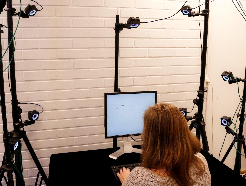 Zehn Hochgeschwindigkeitskameras filmten Markierungen auf den Fingern der Probanden. So konnten die Forscher unterschiedliche Schreibtaktiken identifizieren.