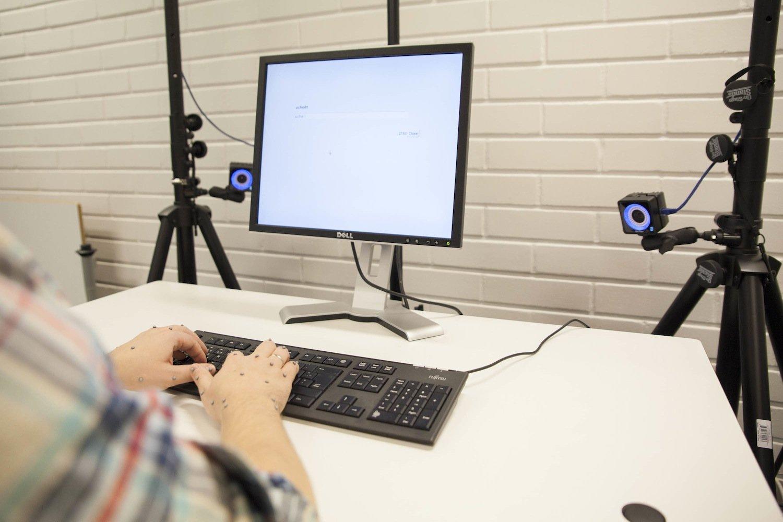 Proband beim Tippen: Forscher aus Finnland haben untersucht, ob das 10-Finger-System tatsächlich der Königsweg ist.