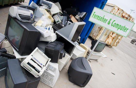 Alte Computer, Fernseher, Monitore und Drucker auf einem Recyclinghof in Stralsund: Oft werden Geräte weggeschmissen, die noch funktionieren, aber nicht mehr dem Geschmack entsprechen.2012/2013 lag der Anteil der Geräte, die nur aufgrund des Wunsches nach einem besseren Gerät ausgetauscht wurden, bei 30,5 % der Gesamtersatzkäufe.