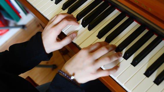 Es ist noch kein Meister vom Himmel gefallen: Computerwissenschaftler von der Tufts University in Medford im US-Bundesstaat Oregon haben speziell für Klavierschüler ein computergestütztes Lernsystem namens BACh entwickelt, mit dem eher ungeübte Probanden nachweislich schneller lernten.