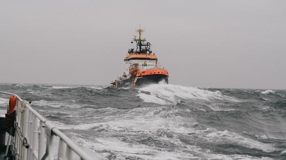 """Für eine Messkampagne des DLR-Instituts für Kommunikation und Navigation waren zwei Schiffe im Einsatz: die """"Neuwerk"""" des Wasser- und Schifffahrtsamts Cuxhaven sowie die """"Hermann Marwede"""" der Deutschen Gesellschaft zur Rettung Schiffbrüchiger. Die Wissenschaftler sendeten und empfingen von den Schiffen Signale im Breitbandbereich und untersuchten dabei die Einflüsse unter anderem von Wellen und Schiffskörpern auf die Übertragung."""