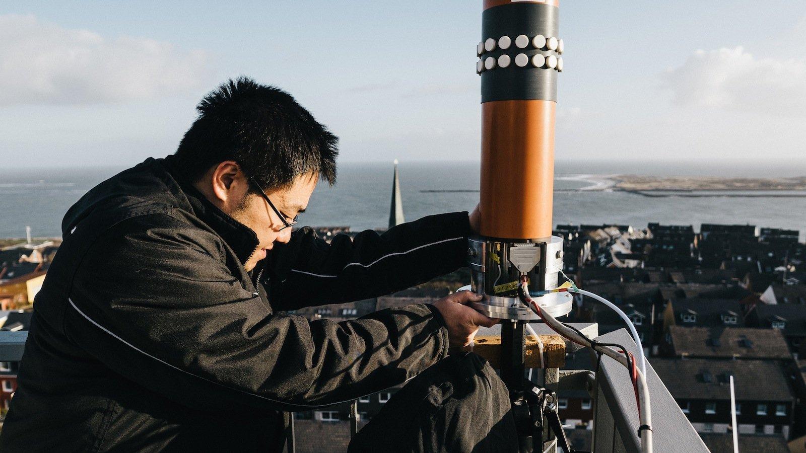 Um die Breitbandkommunikation vom Land zum Schiff zu untersuchen, installierten DLR-Wissenschaftler ihre Antennen auf Helgolands Leuchtturm. Als Sender fuhr der Seenotrettungskreuzer