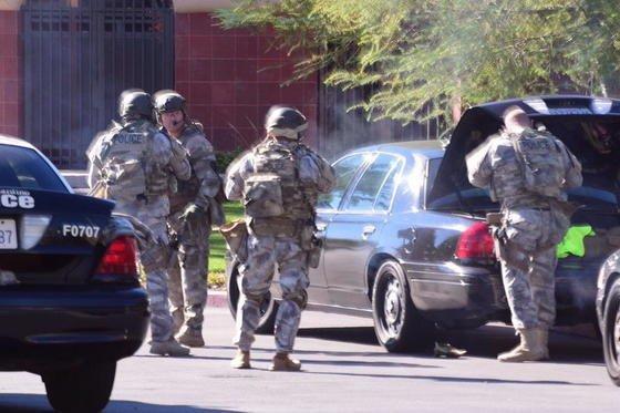 Bei einem Attentat am 2. Dezember 2015 im kalifornischen San Bernardino starben 14 Menschen, weitere 22 wurden verletzt. Dem FBI ist es bislang nicht gelungen, das iPhone eines Täters zu knacken. Jetzt ordnete ein Gericht an, Apple müsse helfen und eine Software liefern, die das Knacken ermöglicht.
