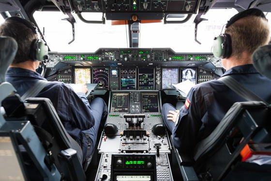 Cockpit eines Flugzeugs: Göttinger Forscher haben Schadstoffe aus Flugzeugkabinen im Blut von Patienten nachgewiesen. Die Kabinenluft wird bei fast allen Passagierflugzeugen aus den Triebwerken abgezapft. Bei starker Hitze könnten in Kerosin, Enteisungsmitteln oder Öl enthaltene Giftstoffe freigesetzt werden.