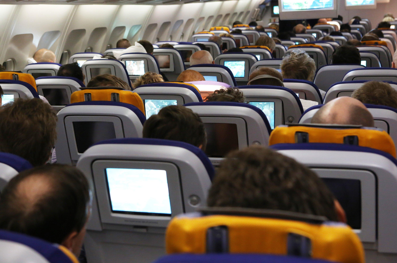 Auch Fluggäste können giftigen Dämpfen in der Kabine ausgesetzt sein. Von körperlichen Beschwerden betroffen ist allerdings überwiegend Flugpersonal.