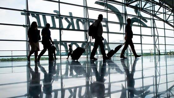 Flughafen Frankfurt am Main: 2015wurden an Deutschlands größtem Verkehrsflughafen 61 Millionen Passagiere gezählt.Wer regelmäßig weite Geschäftreisen mit dem Flugzeug unternimmt, kann ein Lied vom Jetlag singen. US-Forscher haben entdeckt, dass Lichtblitze helfen können.