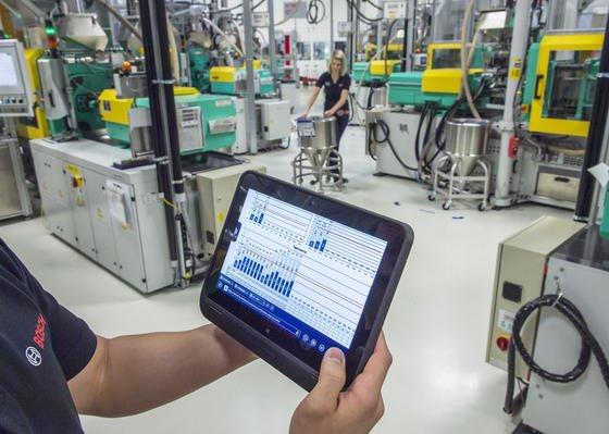 Industrie 4.0 spielt auch bei Bosch eine Rolle: Ein Mitarbeiter überprüft im Werk in Immenstadt (Bayern) mit einem Tablet die Betriebsdaten von vernetzten Maschinen für Metallspritzguss. Die Industrie erhofft sich in den kommenden Jahren Milliardengeschäfte durch intelligente Geräte und Maschinen.