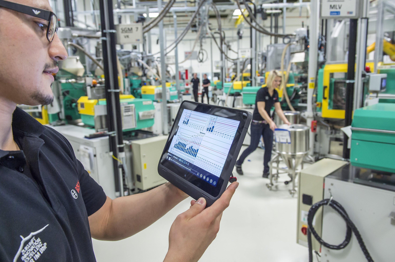 Bosch-Mitarbeiter ruft über ein Tablet die Betriebsdaten vernetzter Maschinen für Metallspritzguss ab: Dieintelligente Vernetzung von Maschinen und Produkten führt nach einer McKinsey-Studie zu höherer Produktivität, mehr Energieeffizienz und sichereren Arbeitsplätzen. Das würde sich ab 2025 in einem weltweiten Mehrwert von 3,7 Billionen $ pro Jahr niederschlagen.