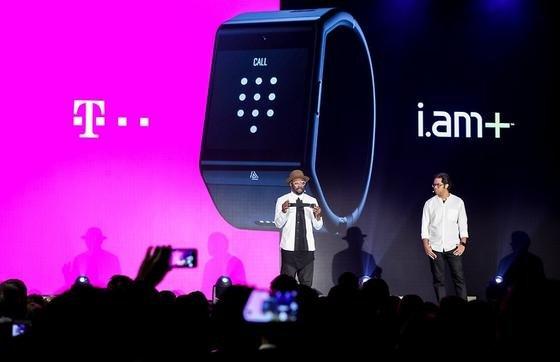 """Der Rapper William James Adam Jr. alias """"will.a.am"""" bei der Vorstellung seines Rechners Dial: Das Gerät in Form einer Uhr will die Telekom in Deutschland auf den Markt bringen."""