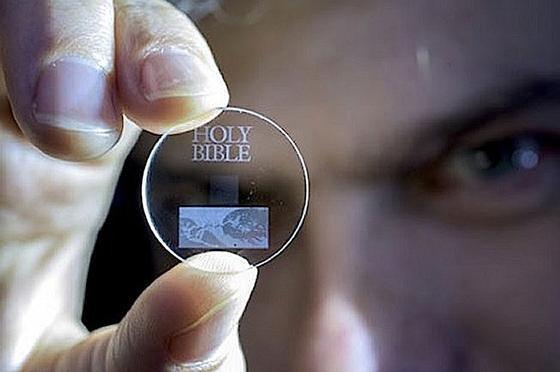 Auch die Bibel bewahren die Briten bereits auf ihrer neuen Speicherscheibe auf.