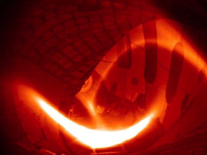 So schaute es aus, das erste Wasserstoff-Plasma in Wendelstein 7-X. Es hielt eine Viertelsekunde und erreichte – bei moderater Plasmadichte – eine Temperatur von rund 80 bis 100 Millionen Grad Celsius. Das Foto entstand aus einer eingefärbten Schwarz-Weiß-Aufnahme.
