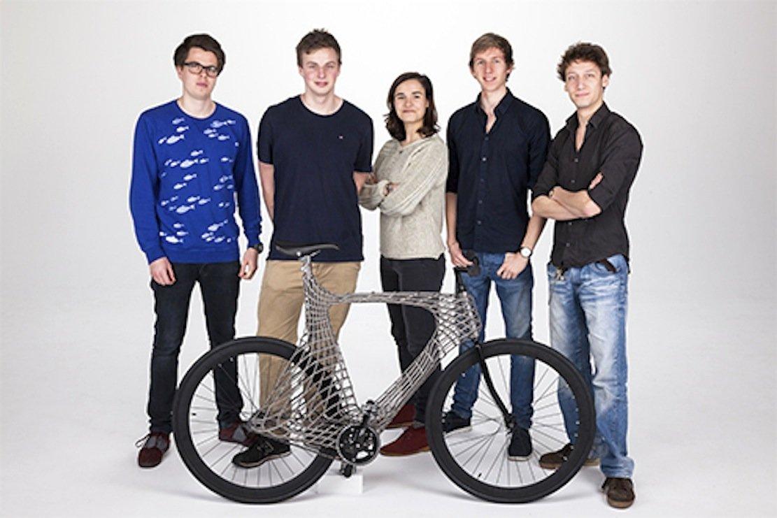 Innerhalb von drei Monaten haben die angehenden IngenieureHarry Anderson,Stef de Groot,Ainoa Areso Rossi,Sjoerd van de Velde undJoost Vreeken das Fahrrad aus Edelstahl entwickelt.