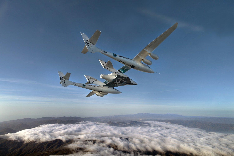 Illustration des sogenannten Captive-Carry-Fluges: Die VSS Unity wird dabei fest mit dem Trägerflugzeug White Knight Two verbunden bleiben.